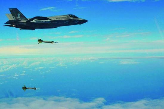 美军在南海动作不断:军舰闯岛礁F35搞演习