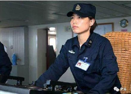 巾帼不让须眉!成为辽宁舰第一女兵,一个人掌舵