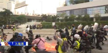 香港暴徒疑似举枪对准港警,29人被捕一直抓到深夜